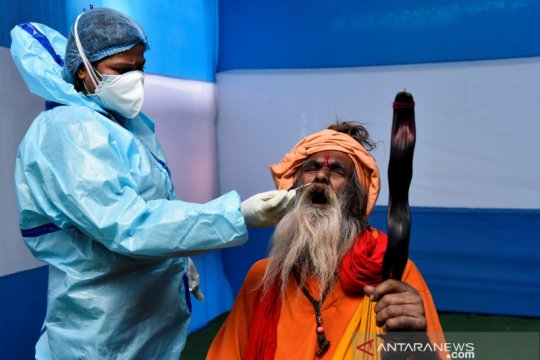 Seorang petugas kebersihan terima vaksin COVID-19 pertama di India