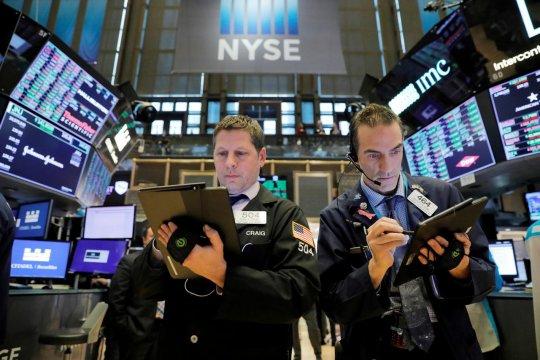 Data ritel dan penguncian tekan saham dan minyak, dolar menguat