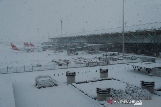 Hujan salju di Madrid sebabkan ribuan pengendara terjebak dalam mobil