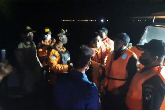 Petugas gabungan dari Kepulauan Seribu cari korban pesawat jatuh