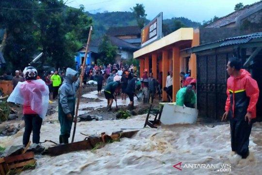 Banjir bandang dan longsor tutup ruas jalan utama Bandung-Cianjur