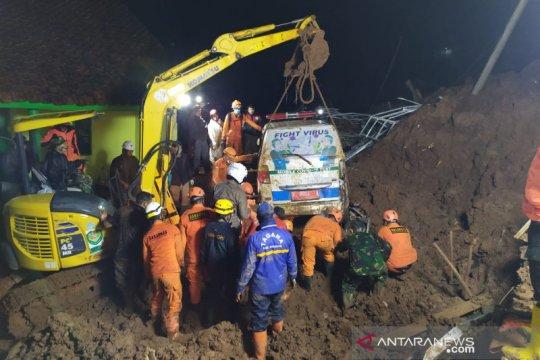 Petugas cari korban longsor di Sumedang dengan alat berat