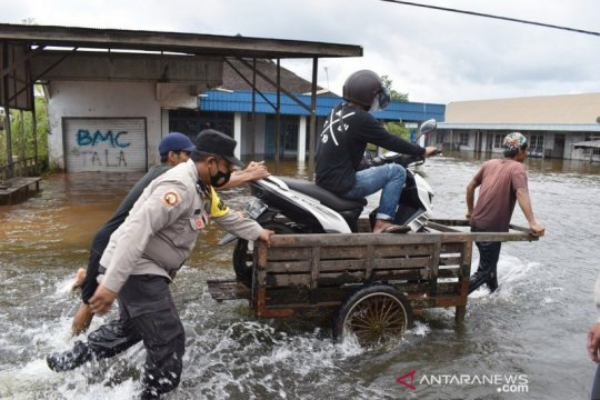 Polisi alihkan arus kendaraan dampak banjir di Tambang Ulang Kalsel