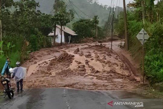 Tertutup longsor, jalan Bandung-Garut lintas Cijapati
