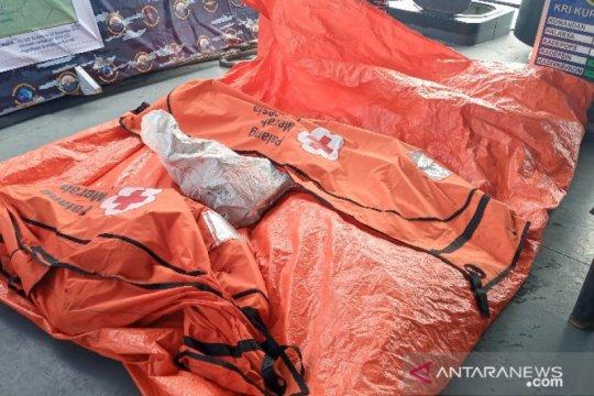 Tim Dislambair TNI AL temukan serpihan hingga barang pribadi penumpang