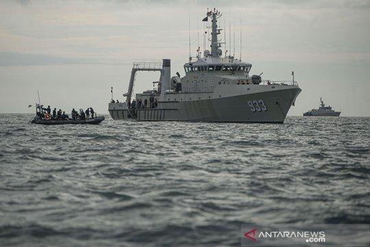 Personel KRI Rigel-933 evakuasi korban Sriwijaya Air