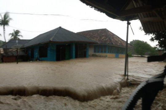 Puluhan rumah di Pulau Bawean tergenang banjir
