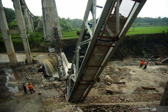Jembatan rel kereta ambruk di Brebes