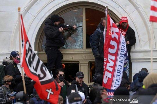 FBI periksa puluhan demonstran Capitol setelah seorang polisi tewas