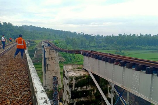 Jembatan terkikis, perjalanan kereta api di Purwokerto terganggu