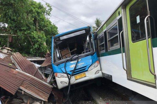Warung rusak dalam kecelakaan Bus Trans Padang dan Kereta Bandara