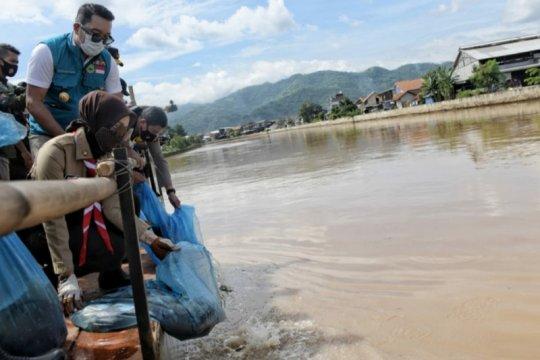 Ridwan Kamil sebar benih ikan di Sektor 6 DAS Citarum