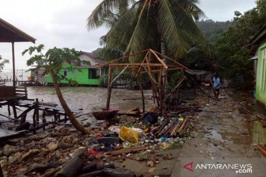 TNI pantau lokasi rumah warga dihantam ombak di Pulau Lemukutan