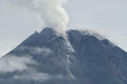 Gunung Merapi mengeluarkan tiga kali guguran lava sejauh 400-500 meter