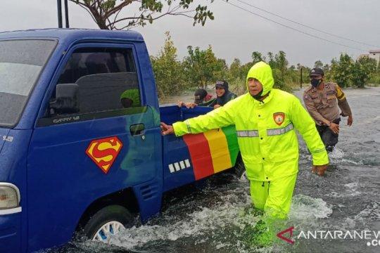 Banjir tutup jalan lintas kabupaten di Banjarbaru-Tanah Laut