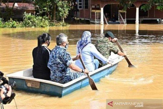 Raja Malaysia tinjau banjir dengan sampan
