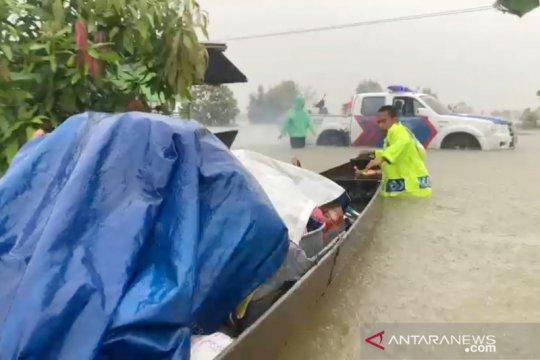 Jalur utama lintas kabupaten di Tanah Laut terputus karena banjir