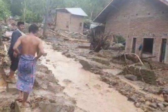 Longsor terjang daerah di Polewali Mandar, lima rumah rusak