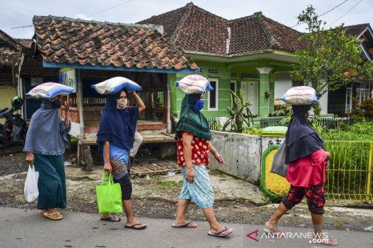 Pencairan bantuan sosial untuk KPM di Jawa Barat