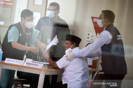 Gubernur Jabar Ridwan Kamil dampingi Wagub Uu Ruzhanul Ulum divaksin COVID-19