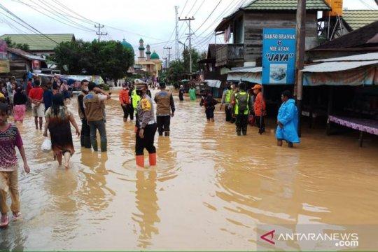 Arus lalu lintas di jalan nasional Banjabaru dialihkan akibat banjir