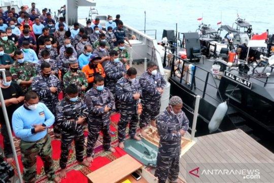 Tim SAR TNI AL Shalat Jumat di KRI Rigel-933
