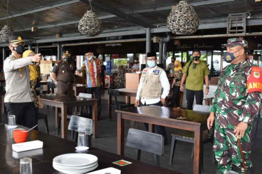 Bupati Cirebon cek penerapan PPKM di tempat umum