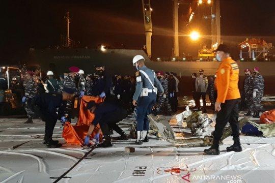 KRI Parang serahkan tiga kantong serpihan SJ-182 ke Basarnas