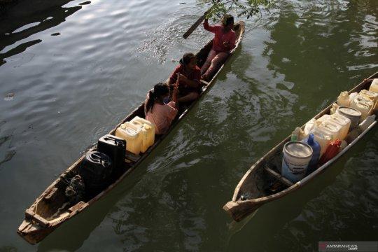 Warga Suku Bajo ambil air bersih ke pesisir
