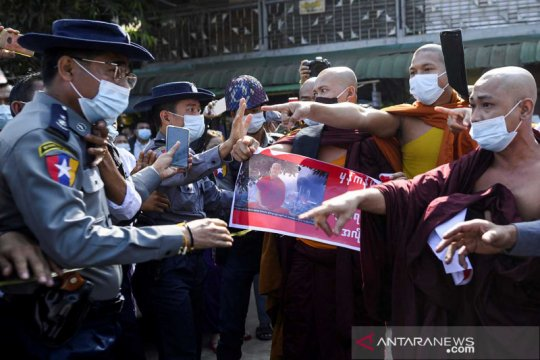 Bentrok aksi protes pendukung biksu Wirathu