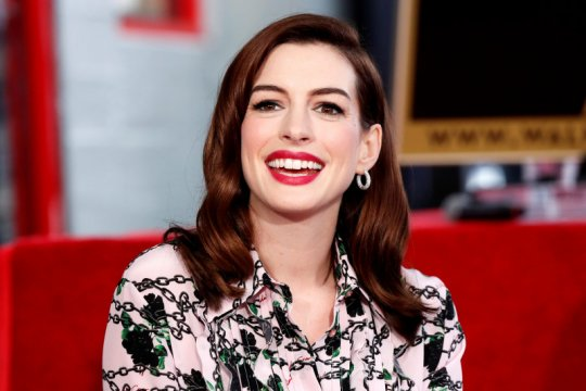"Anne Hathaway berpacu dengan waktu untuk rilis ""Locked Down"""