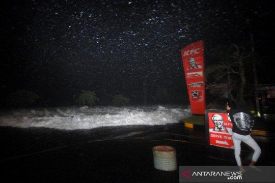BMKG: Angin kencang picu gelombang tinggi kawasan bisnis Manado.