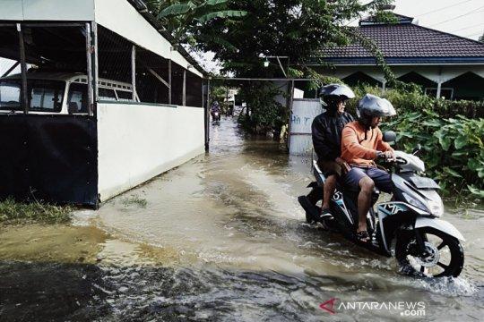 Hari keempat banjir di Banjarmasin tinggi air belum surut