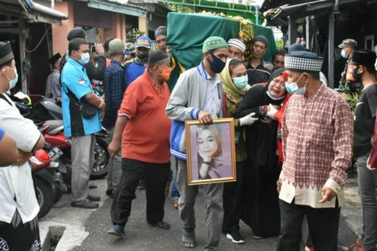 Jenazah Dinda Amalia, siswi Kelas-IX SMP tiba dimakamkan