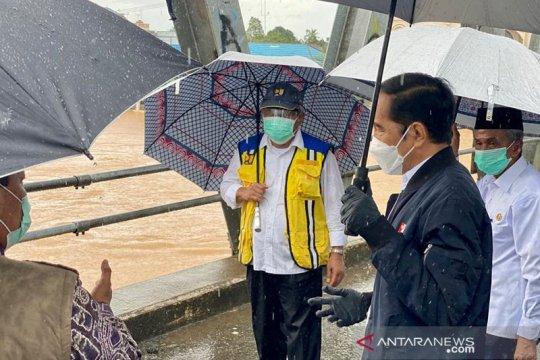 Presiden memantau dari atas jembatan di tengah banjir di Kalsel