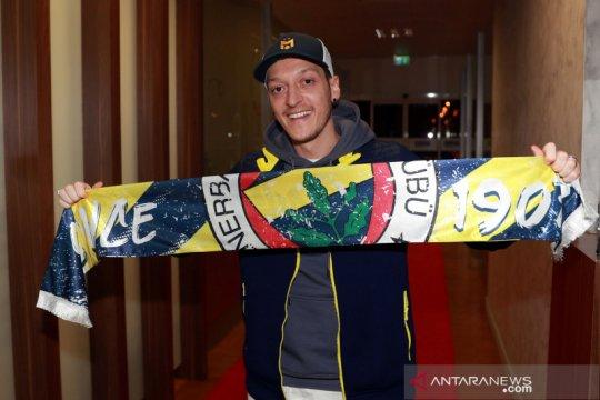 Mesut Ozilresmi tinggalkan Arsenal menuju Fenerbahce