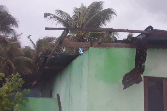 Belasan rumah warga di Rote Ndao rusak diterjang angin puting beliung