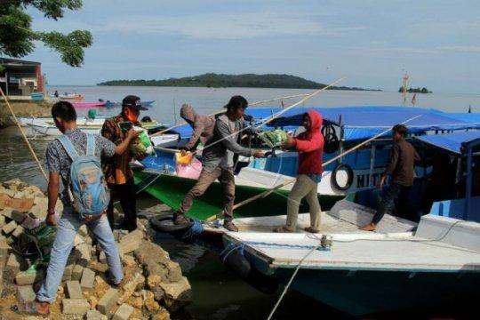 TNI AL distribusikan bantuan untuk warga Pulau Karampuang Sulbar