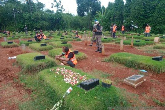 Satpol PP Tangsel sanksi pelanggar prokes berdoa di pemakaman