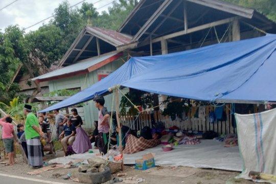 Warga korban gempa bertahan di pengungsian