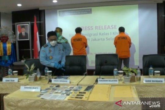 Imigrasi tangkap dua WNA penjual permata imitasi