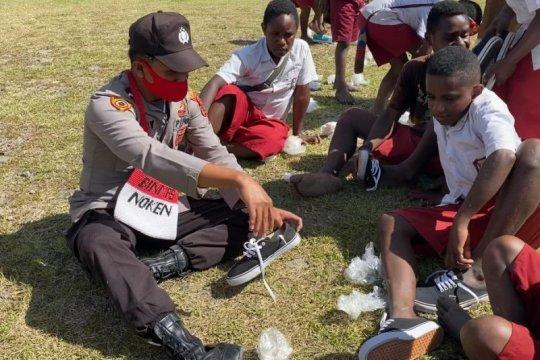 Binmas Noken Polri apresiasi donatur sepatu untuk SD Inpres Papua