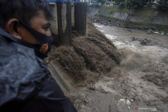 Sungai Ciliwung keruh dampak banjir bandang