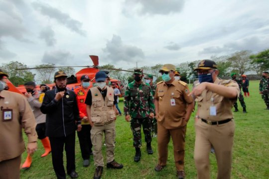 Marinir dan pasukan katak diterjunkan tangani pascabanjir HST