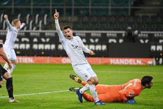 Elvedi membuat Gladbach menang tipis 1-0 atas Bremen
