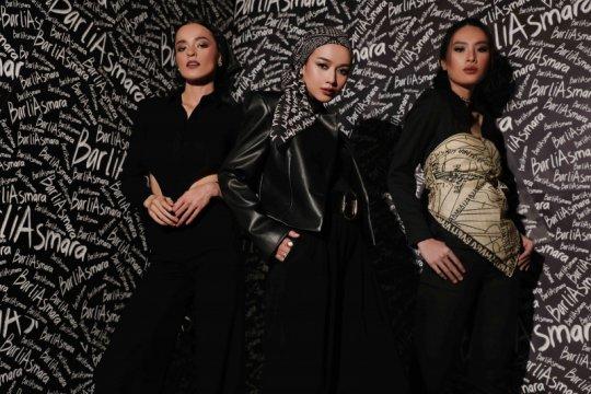 Syal modis dari rumah mode Barli Asmara
