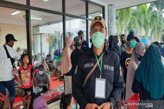 Bantuan mengalir di posko pengungsian banjir di Stadion Demang Lehman