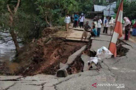 Jalan umum Desa Ilung Pasar Lama HST longsor