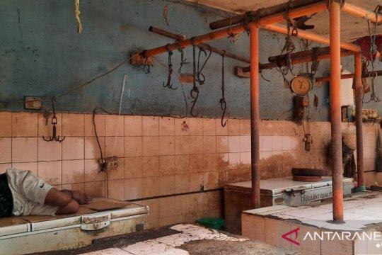 Pedagang daging di Pasar Warung Buncit masih berjualan
