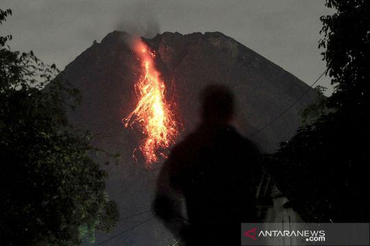 Gunung Merapi keluarkan lava pijar dan awan panas